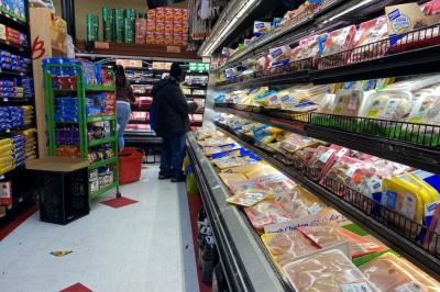 空気がこもらないよう、入場制限のあるスーパー。買占めなどは起こっていなかったとのこと