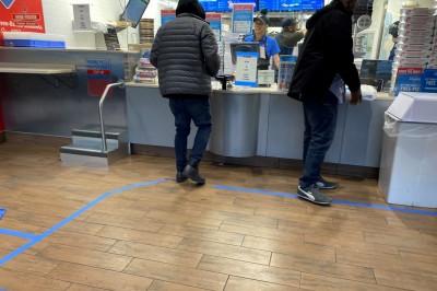 どのようにこの青しシールを活用しているのか分からないが、6フィート離れるためのモノ