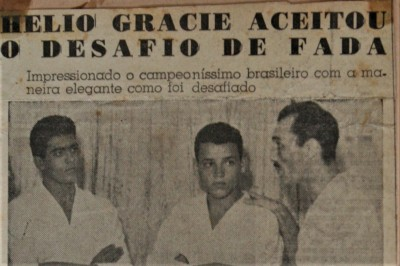 1954年にグレイシー・アカデミー内で行われたファダ×グレイシーの一戦の日と伝えられる写真。右がエリオ、中央はカーウソン、左がジョアォン・アルベウト