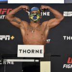 【UFC ESPN09】計量終了 全選手がマスク着用で計量。ブラジル国旗マスクのドリーニョが、力強いポーズ