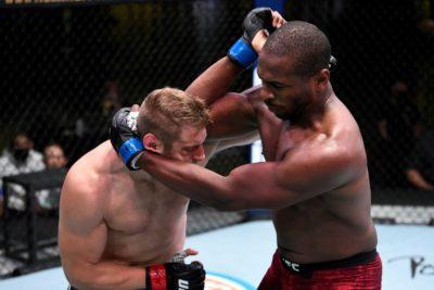 【UFC ESPN15】マイク・ロドリゲス、組んでの左エルボーでプラチニオを沈める