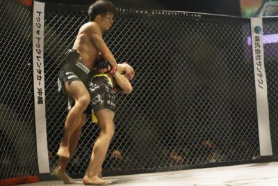 【Gladitoar013】テンプル打たれ大ピンチも、テイクダウンからしっかり抑えたNavEが藤田から判定勝ち
