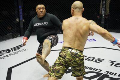 【Road FC58】キム・ジェフンがクム・ガンサンをケージ押し込み、鉄槌連打で失神に追い込む
